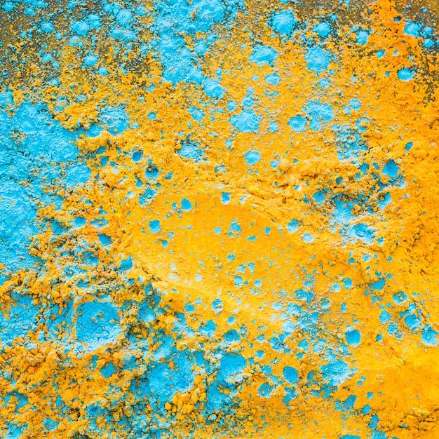 Pó azul amarelo na mesa Foto gratuita