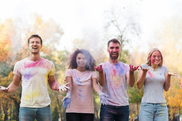 Pó colorido de tiro no ar sendo jogado Foto gratuita