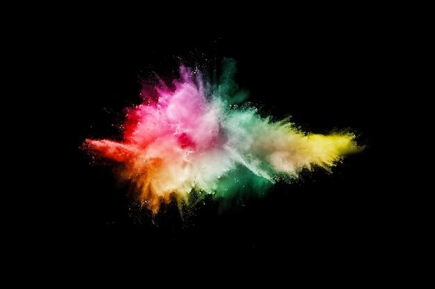 Pó colorido lançado em fundo preto Foto Premium