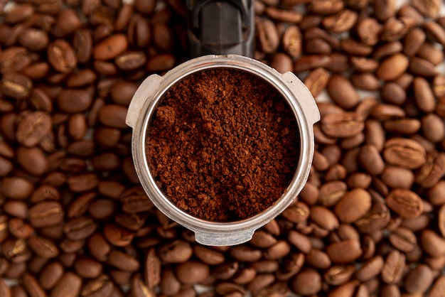 Pó de café close-up e feijão Foto gratuita