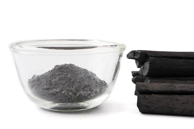 Pó de carvão ativado em fundo branco Foto Premium
