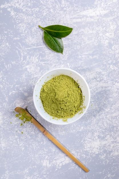 Pó de chá matcha verde em uma tigela branca Foto Premium