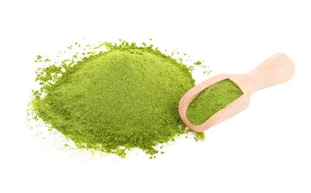 Pó de chá verde isolado no fundo branco Foto Premium