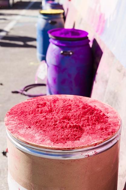 Pó de holi colorido sobre o tambor ao ar livre Foto gratuita