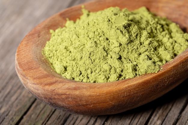 Pó verde do chá do matcha no close up de madeira da colher. Foto Premium