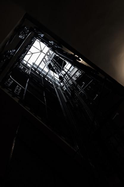 Poço de um elevador baleado por baixo Foto gratuita