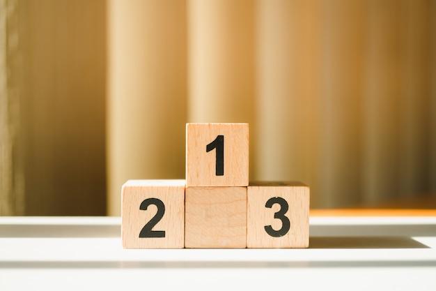 Pódio de madeira closeup usando como conceito de concorrência e recompensa de negócios Foto Premium