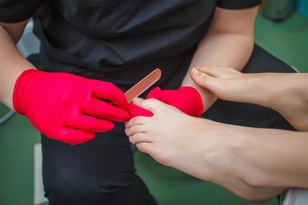 Podólogo tratando fungo de unha. tratamento podologia. Foto Premium