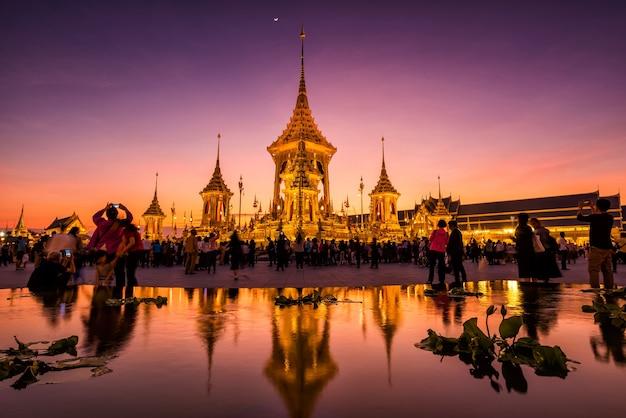 Poeple na cremação real de sua majestade o rei bhumibol, banguecoque, tailândia Foto Premium