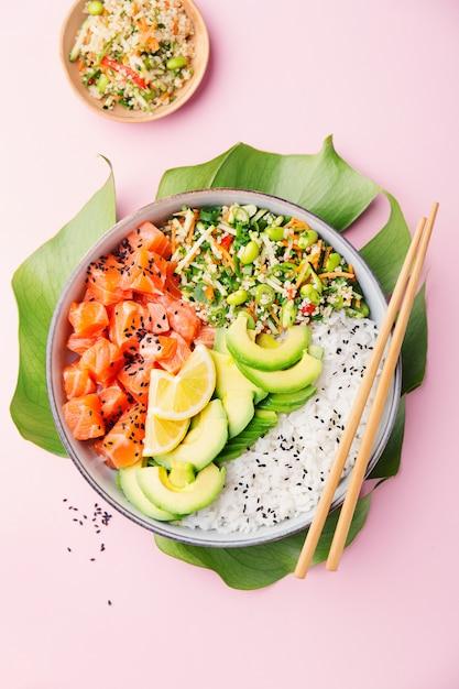 Poke tigela com salmão servido na tigela Foto Premium