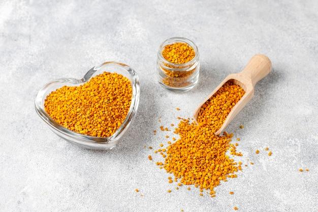 Pólen de abelha de comida de remédio. Foto gratuita