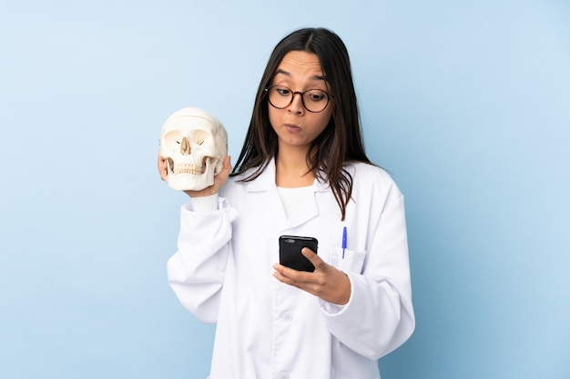 Polícia especialista forense mulher sobre parede isolada, pensando e enviando uma mensagem Foto Premium