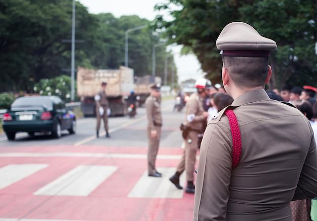 Policial, homem, oficial, ajuda, e, serviço, pessoas, estrada Foto Premium