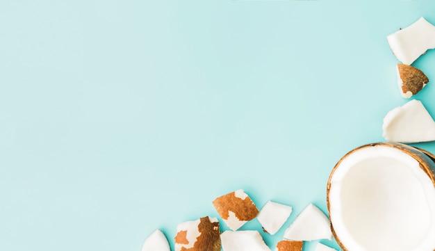 Polpa fresca e coco cortado ao meio Foto gratuita