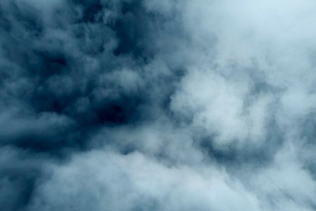 Poluição atmosférica azul e cinza, vapor ou neblina como textura, fundo nebuloso Foto Premium