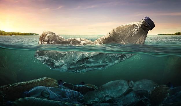 Poluição de garrafas de água de plástico no oceano Foto Premium