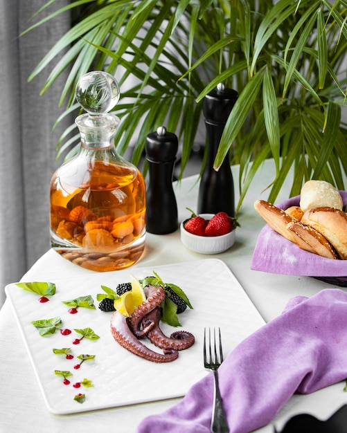 Polvo com bagas na mesa Foto gratuita