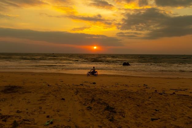 Pondo o sol sobre o oceano Foto gratuita