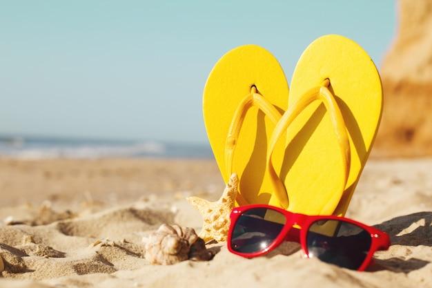 Pontas de feltro da cor na praia arenosa com estrelas Foto Premium