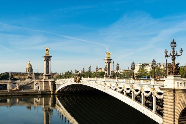 Ponte alexandre iii (pont alexandre iii) e residência nacional dos inválidos, paris, frança Foto Premium