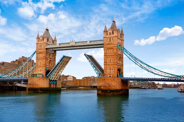 Ponte da torre de londres sobre o rio tamisa Foto Premium