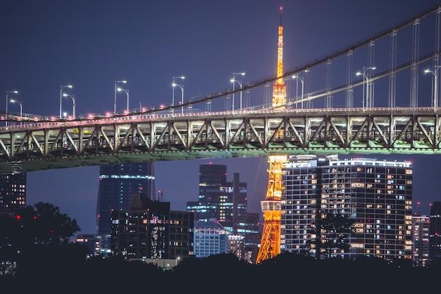 Ponte de arco-íris de vista noturna e torre de tóquio. tóquio city skyline fundo da baía de tóquio odaiba, japão Foto Premium