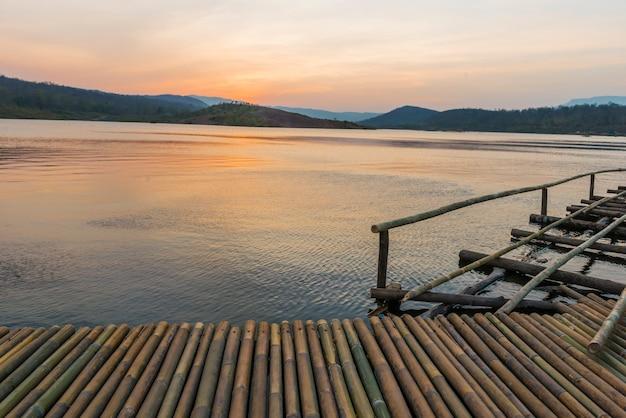 Ponte de bambu perto do lago na hora do nascer do sol. Foto Premium