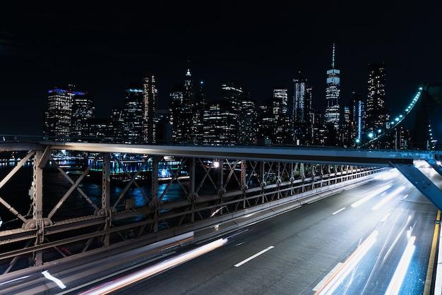 Ponte de borrão de movimento com carros à noite Foto gratuita