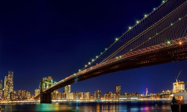 Ponte de brooklyn de nova york - no centro da cidade à noite Foto Premium