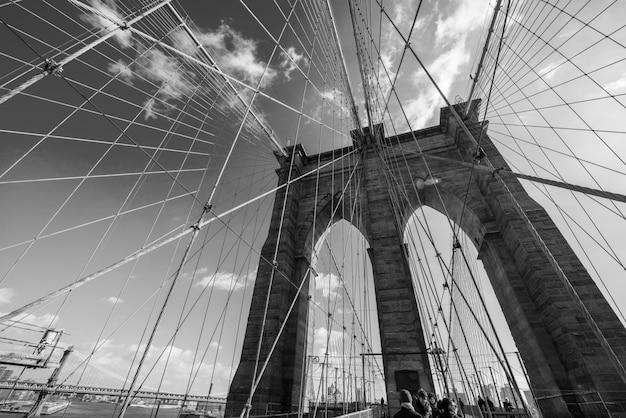 Ponte de brooklyn, em nova york no dia de verão brilhante Foto Premium