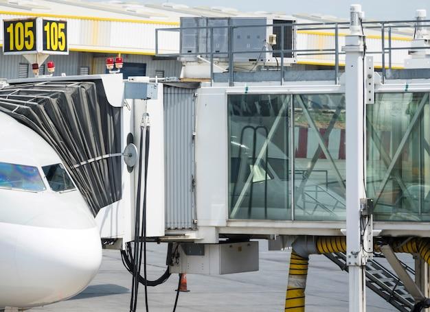 Ponte de embarque conectada ao avião Foto gratuita