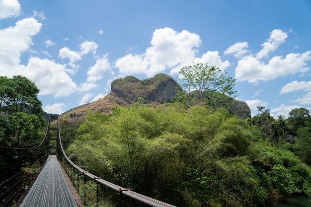 Ponte de ferro e montanha Foto Premium