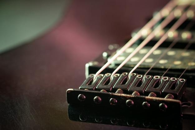 Ponte de guitarra ferrugem na manhã e a luz do sol. Foto Premium