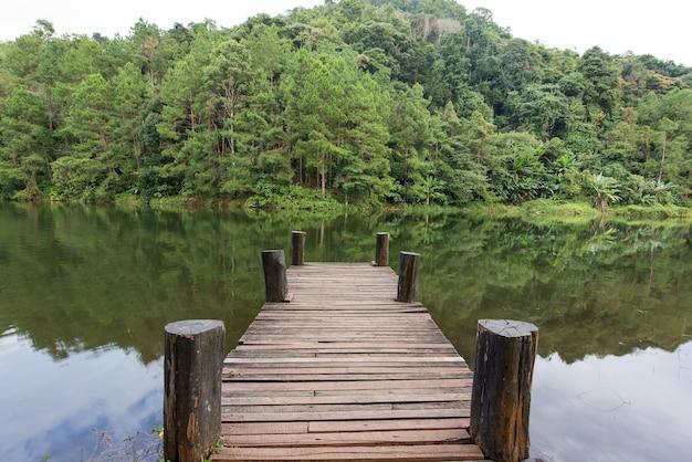 chlorine - slateport city Ponte-de-madeira-no-lago-calmo-na-manha-para-relaxamento_3236-1497