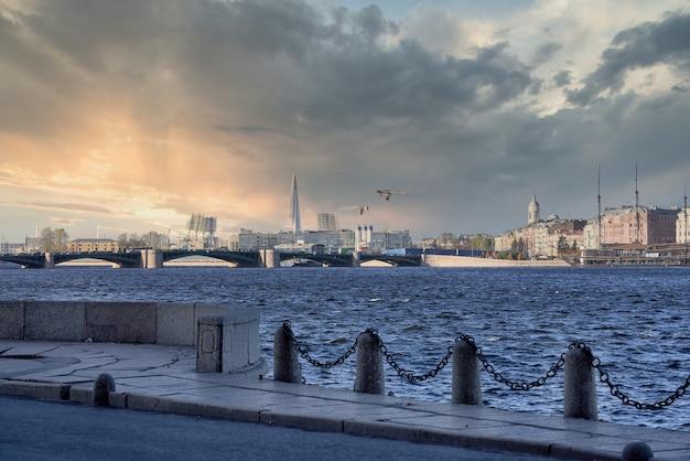 Ponte do palácio no neva. rússia, paisagem urbana de são petersburgo contra o céu azul Foto Premium