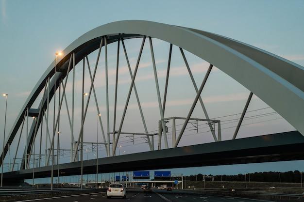 Ponte do por do sol sobre a estrada. Foto gratuita