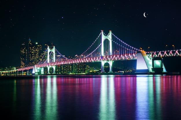 Ponte gwangan e haeundae à noite em busan, coreia Foto gratuita