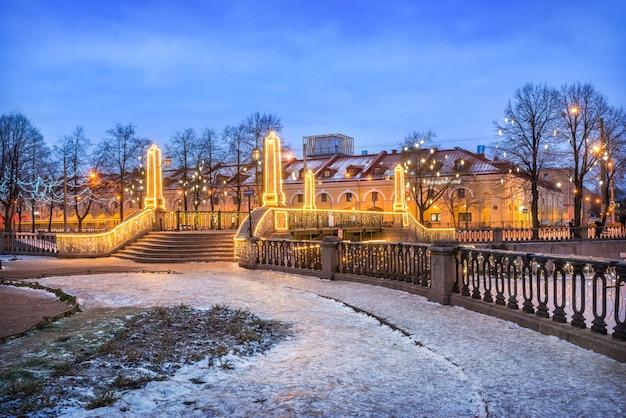 Ponte krasnogvardeisky sobre o canal griboyedov em são petersburgo Foto Premium