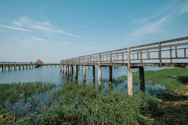 Ponte lago céu azul Foto gratuita