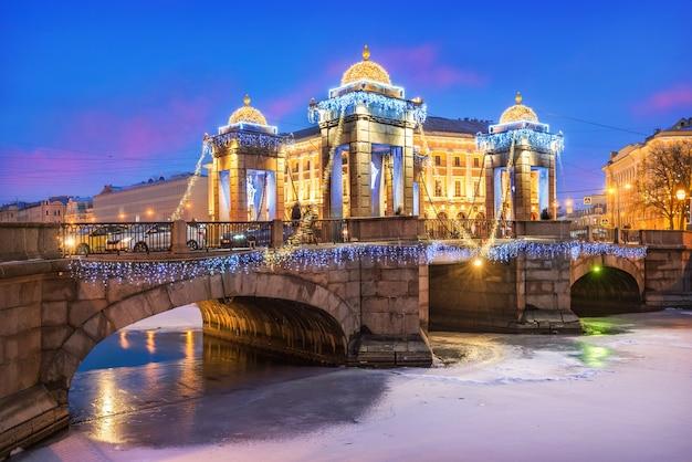 Ponte lomonosov sobre o rio fontanka e decorações de ano novo no céu de são petersburgo Foto Premium