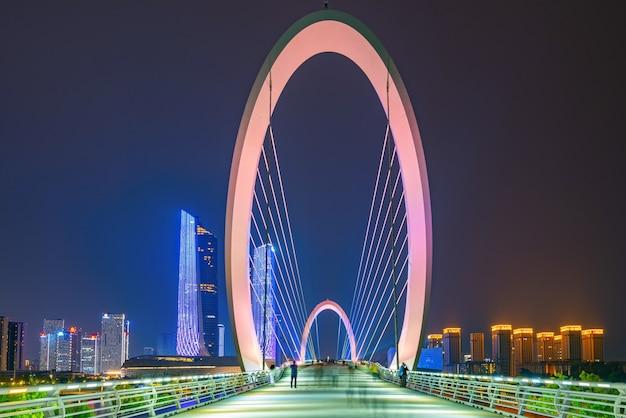 Ponte noturna e horizonte da cidade de nanjing, china Foto Premium