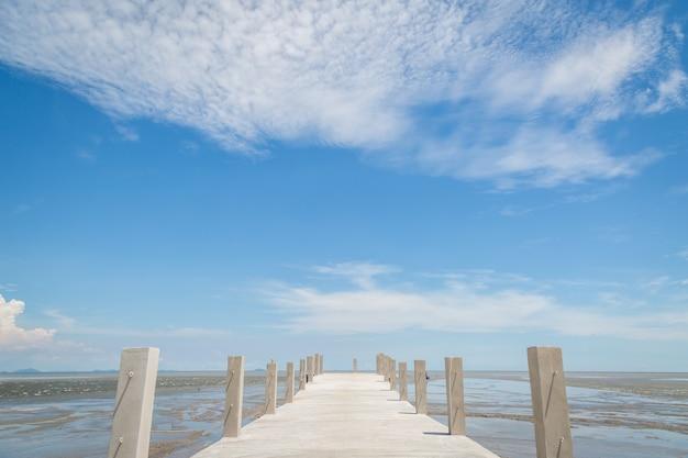 Ponte para o mar com fundo de céu azul Foto Premium