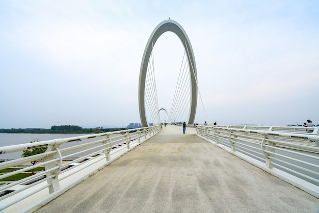 Ponte pedonal eye of nanjing e horizonte urbano em nanjing, china Foto Premium