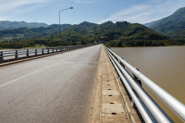 Ponte sobre o rio mekong Foto Premium