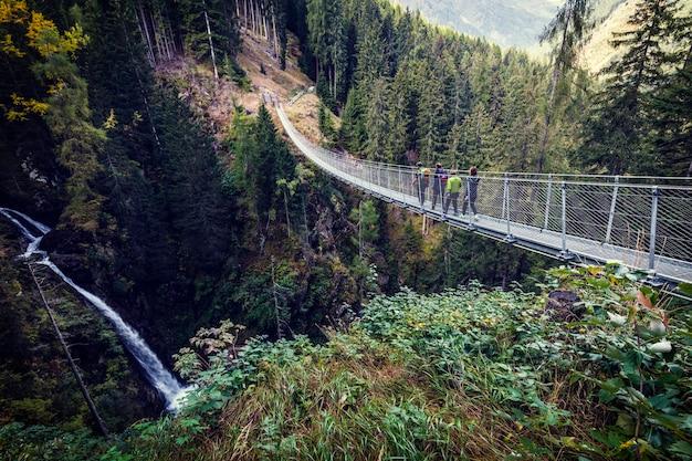 Ponte suspensa em alpes Foto Premium