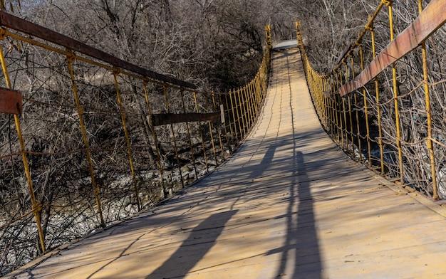 Ponte suspensa sobre o rio Foto Premium