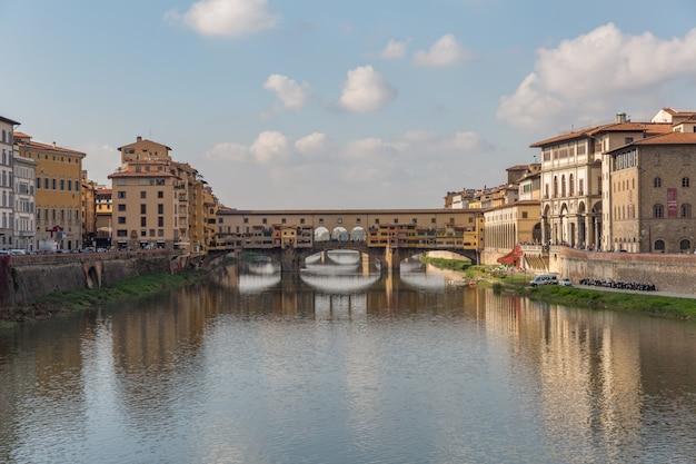 Ponte vecchio sobre o rio arno, em florença, itália Foto Premium