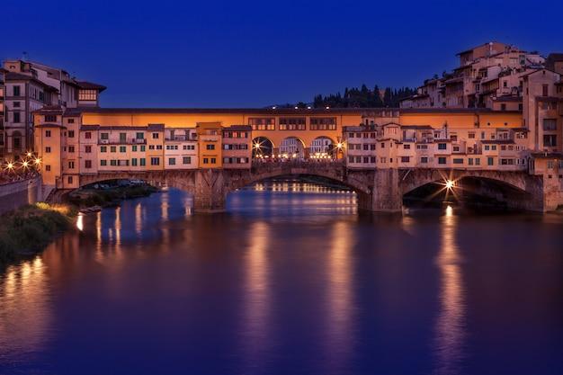 Ponte velha ponte vecchio na noite em florença, itália. Foto Premium