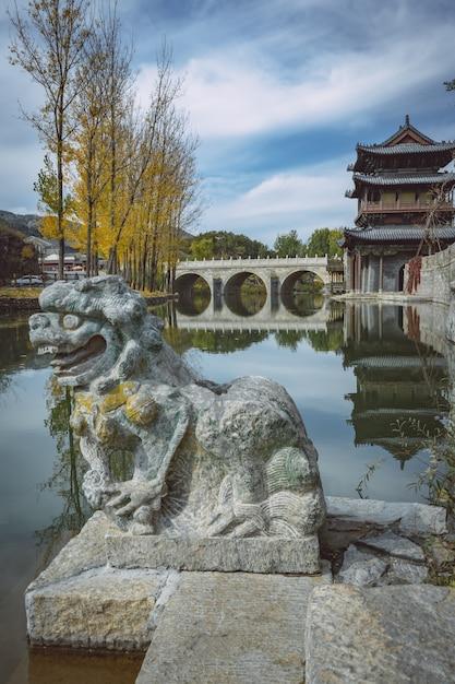 Pontes antigas em pedra de pedra chinesa e esculturas de pedra Foto Premium