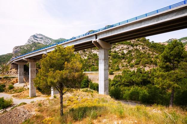 Pontes nas montanhas. catalunha Foto gratuita